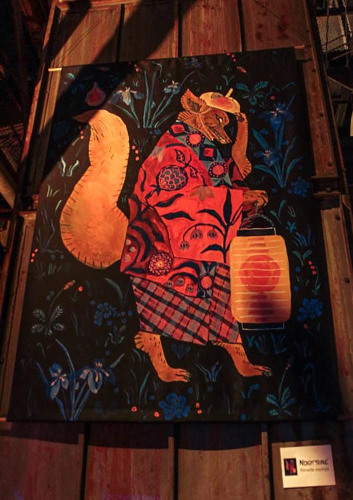 photo du kakémono imprimé avec l'Illustration à la gouache d'un arbre renard japonais appelé Nogitsune. Fait pour l'expo Yokoso a Wesserling