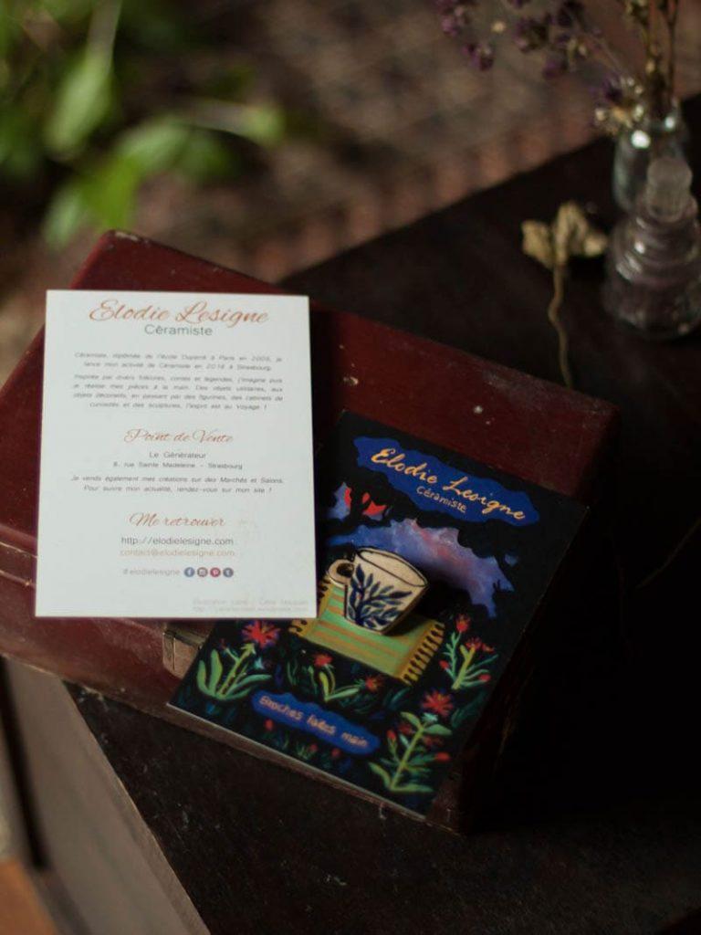 Photo en détail du travail de fond de carte postale réalisée par Célia housset pour Elodie Lesigne, permettant de créer un fond pour y poser des broches en céramique